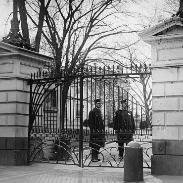 Guards at the White House gate (1921). Library of Congress