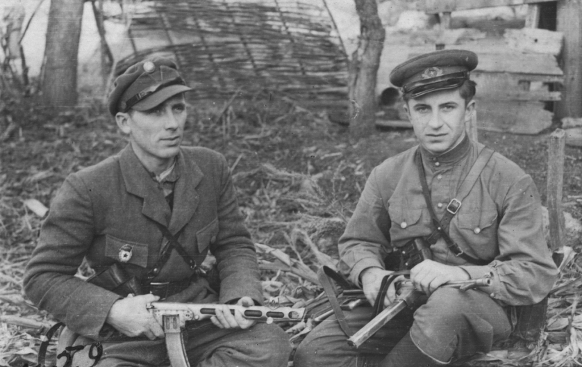 Two soldiers of the Ukrainian Insurgent Army with captured Soviet and German weapons.