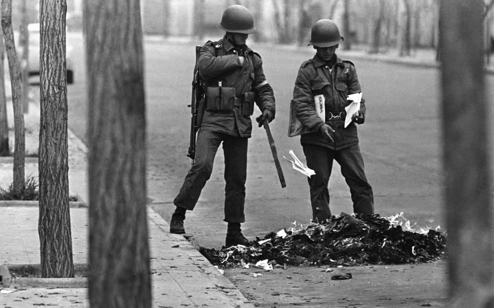 Soldiers burn books in Santiago, Chile, 1973. David Burnett