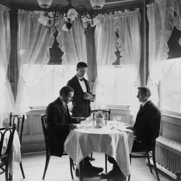 A waiter taking an order in 1906. Library of Congress