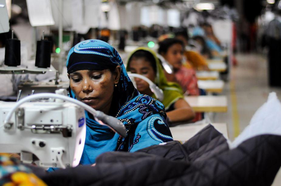持续的移民潮使得孟加拉成衣业的雇主可以轻易取得替代的劳动力,因此对于剥削女工的批评有恃无恐。(摄影:Tanjim Ul Islam/Flickr)