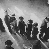 Line for unemployment benefits in San Francisco, CA in 1938. Dorothea Lange / Library of Congress
