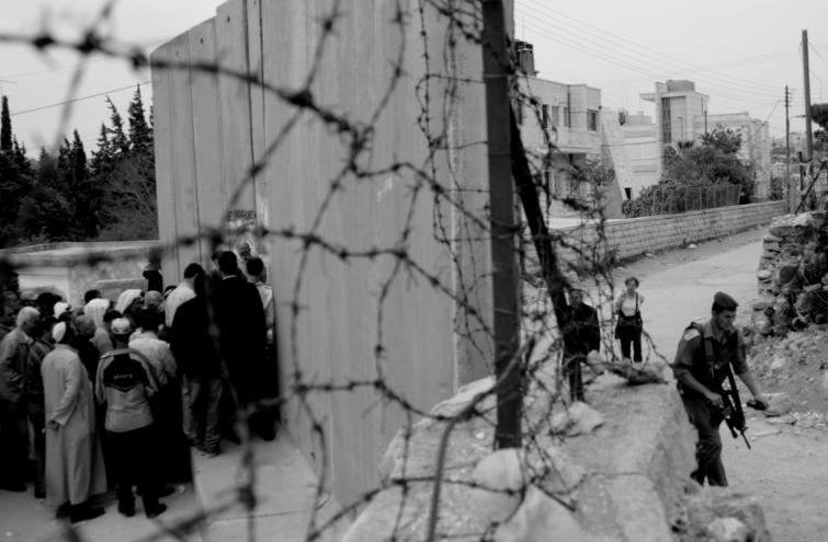 以色列軍隊在東耶路撒冷的一個檢查哨。(Kashfi Halford / Flickr)