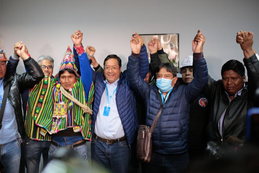 Luis Arce, Bolivya'nın La Paz kentinde partisi MAS'ın düzenlediği basın toplantısında destekçileriyle birlikte zaferini ilan ettiği sırada, 18 Ekim 2020.